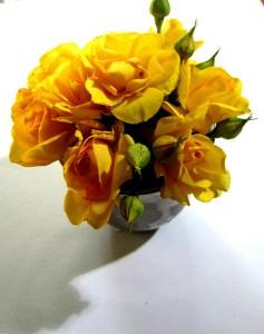 Шаг 4. Вставляем розы в губку в чаше